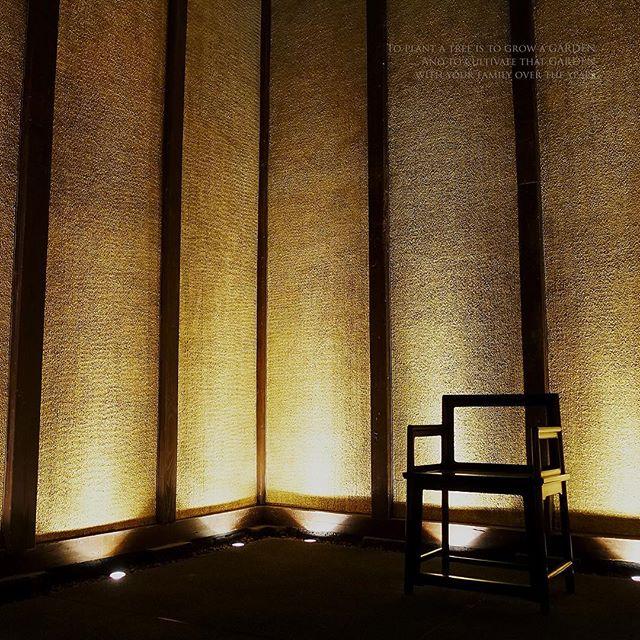 壁紙にどうぞ(笑)純金の壁紙だけに#お金持ちになれる壁紙です#椅子 #写真好きな人と繋がりたい #一攫千金#黄金#純金#金持ち