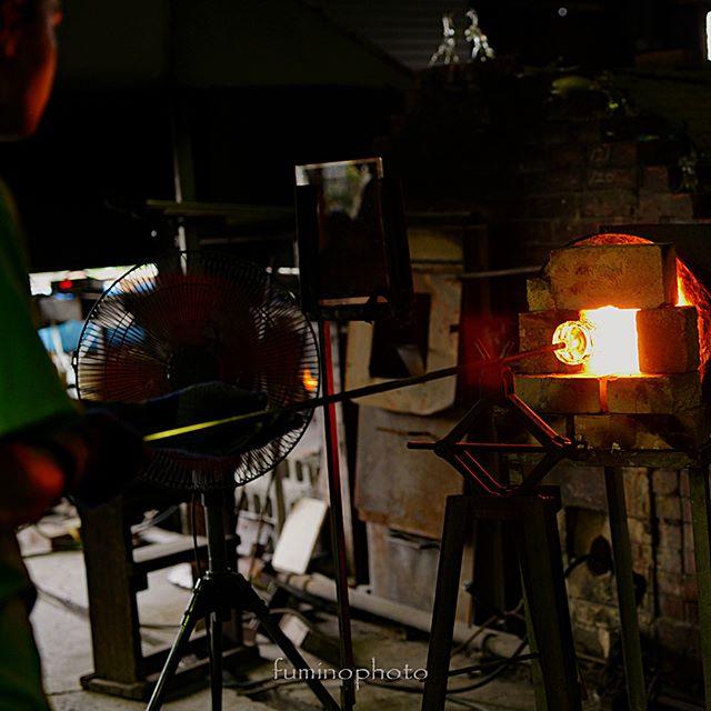 ガラス職人さん。暑さに耐えながら 素晴らしい工芸品を作り出すそのまなざし。瞳に映る炎がキラキラと美しかった#フォトコミュ #フォトブートキャンプ37