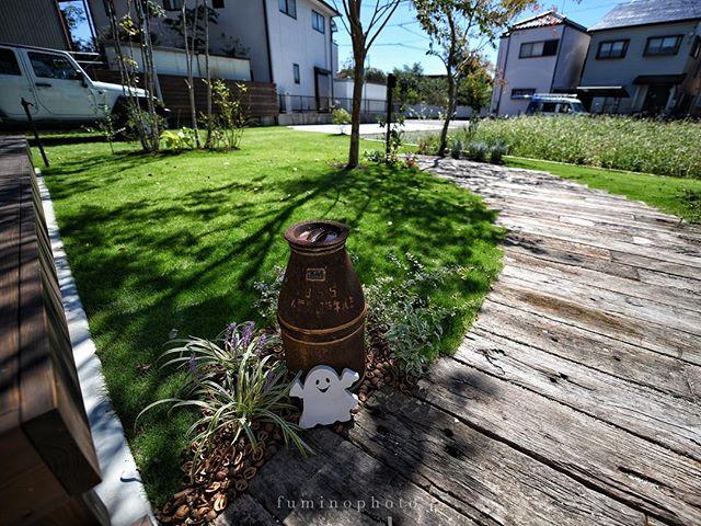 集水ますの隠し方^ ^お客様のステキなアレンジがさえわたっています ---------- #ガーデン#ガーデニング#マイガーデン#ナチュラルガーデン#ナチュラルガーデニング#緑のある暮らし#グリーンのある暮らし#グリーンガーデン#雑木#雑木の庭#garden#gardening#gardenlove#instagarden#instagardenlovers#instagardening#instagardeners#gardensheds#niwa#庭#ティーズガーデンスクール#フォトコミュ#フォトブートキャンプ #ティーズガーデンスクエア #ts_niwa #ハロウィン #スエーデンハウス #枕木 #アプローチ